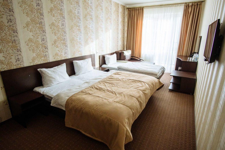 Трьохмісний з додатковим ліжком